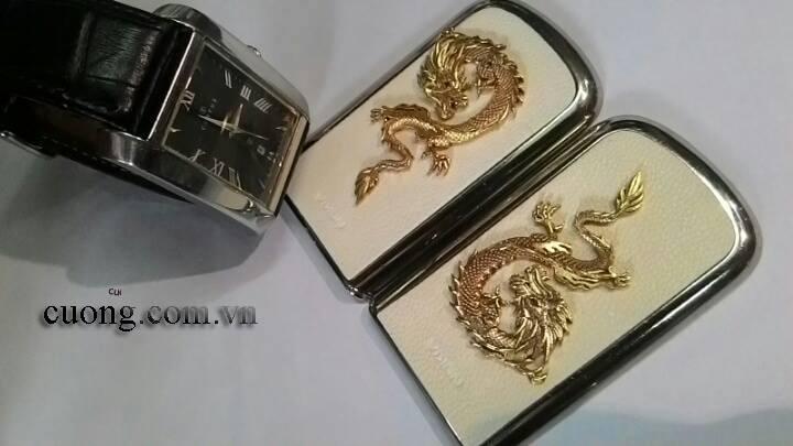 S? d?ng m�nh ??n t? r?ng v�ng ph�a sau c?a Nokia 8800 Gold Arte Dragon