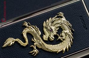 Vẻ đẹp kiêu hãnh của con rồng với con mắt tím dũng mãnh