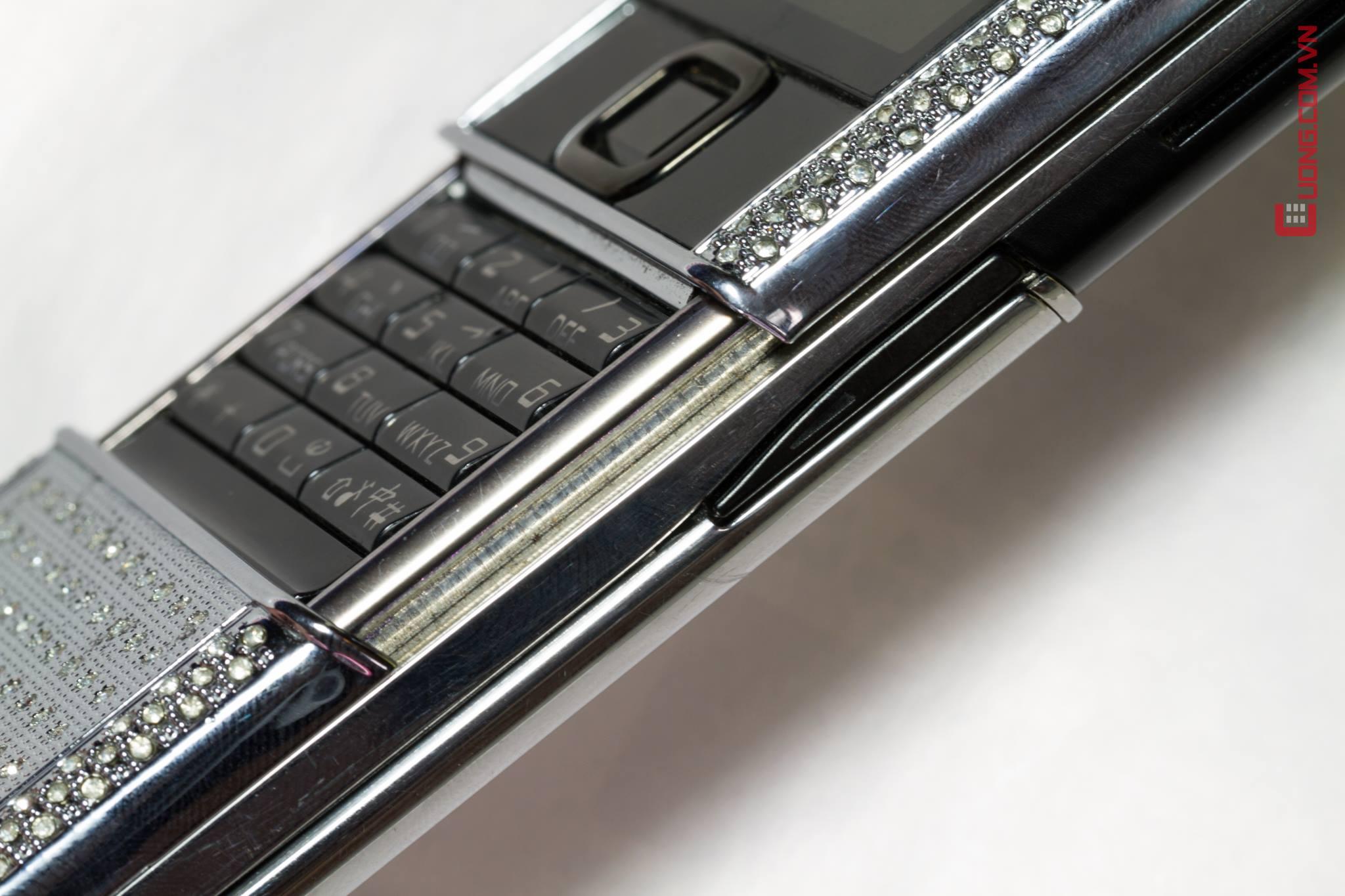Nokia 8800 Arte Full Diamond được nạm kim cương và đính đá ở viền xung quanh