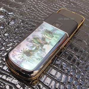 Hình khảm rồng ở mặt sau của chiếc Nokia 8800 Gold Black